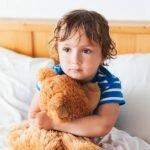 грустный мальчик с мишкой